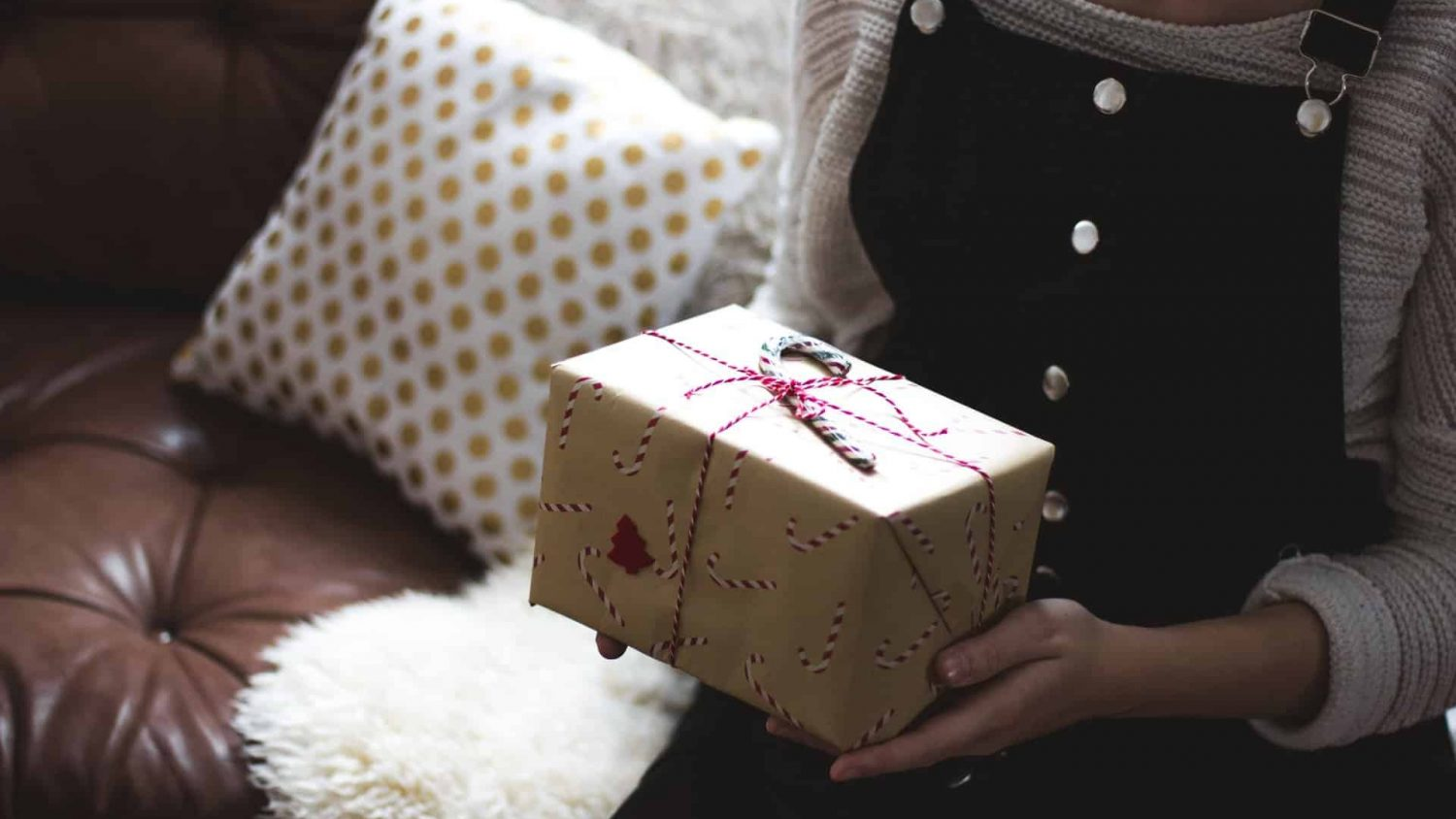 40 Best Gifts for Girlfriend 2021 – Show Your Romantic Side & Express Your Love with These Lovely Gifts